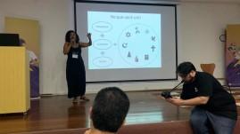 E a professora e jornalista Thais, da escola Saci, na apresentação do case sobre intolerância Religiosa, resultado do trabalho de jornalismo desenvolvido no Fundamental II.